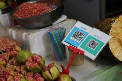 View of a QR code on a stand supported by Alibaba Group's Alipay mobile payment service, left, and WeChat Payment of Tencent at a free market in Xi'an city, north Shaanxi province -West China), August 21, 2017 (Photo: Reuters).